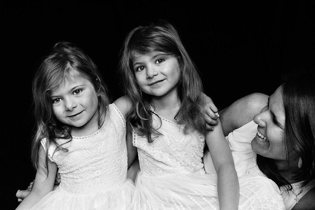 Mama mit ihren zwei Zwillingsmädchen bei der Kinderfotografie in Hamburg Winterhude