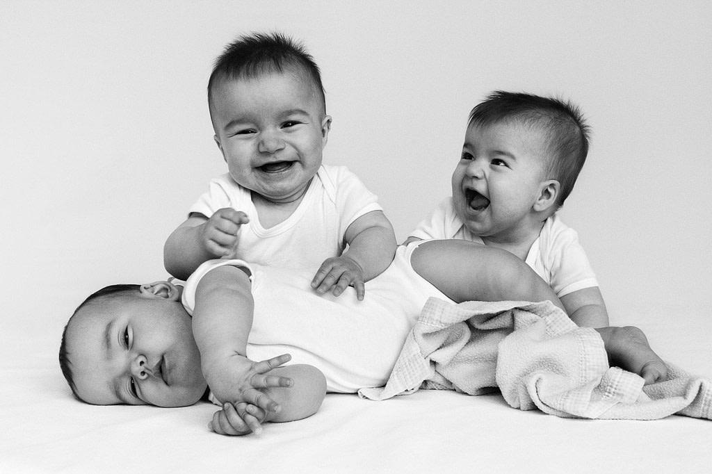 Drillinge gemeinsam auf dem Bauch liegend beim Baby Fotoshooting in Hamburg Eimsbüttel