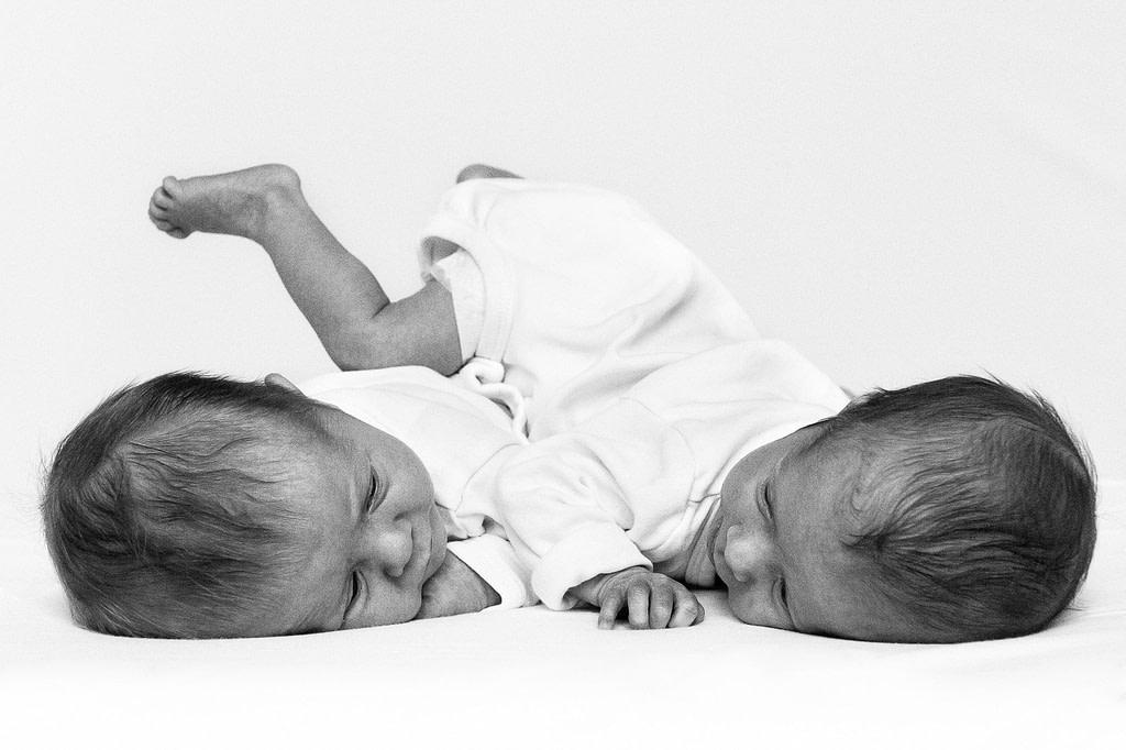 Zwillinge auf dem Bauch liegend beim Baby Fotoshooting in Hamburg Barmbek