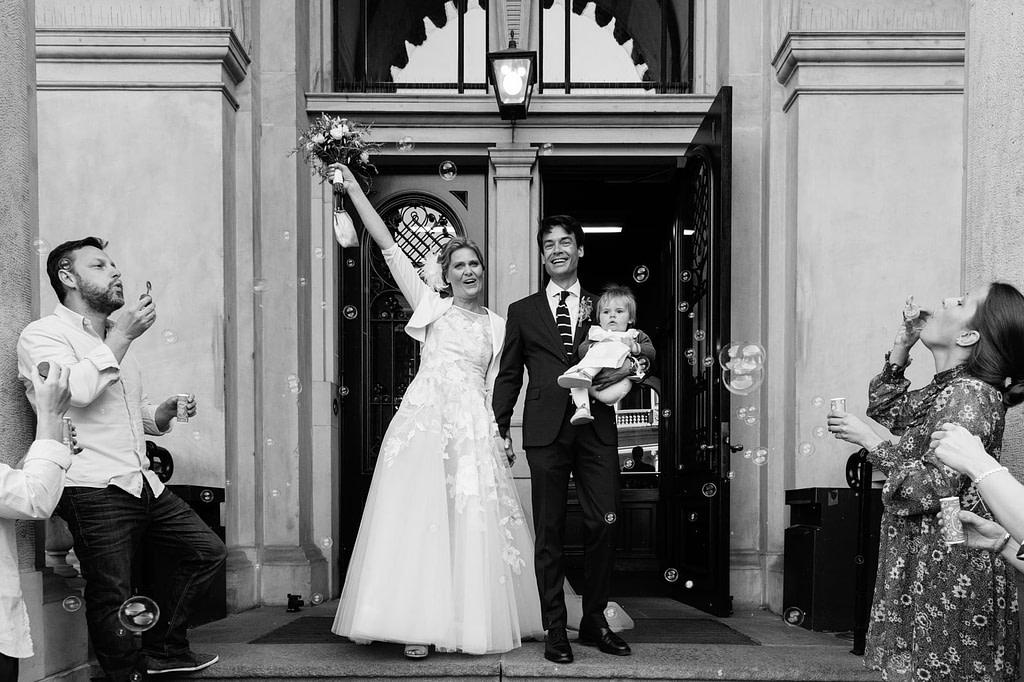 Gratulationen und jede Menge Seifenblasen von den Hochzeitsgästen nach der Trauung im Phönixsaal im Hamburger Rathaus beim Hochzeitsfotograf Hamburg