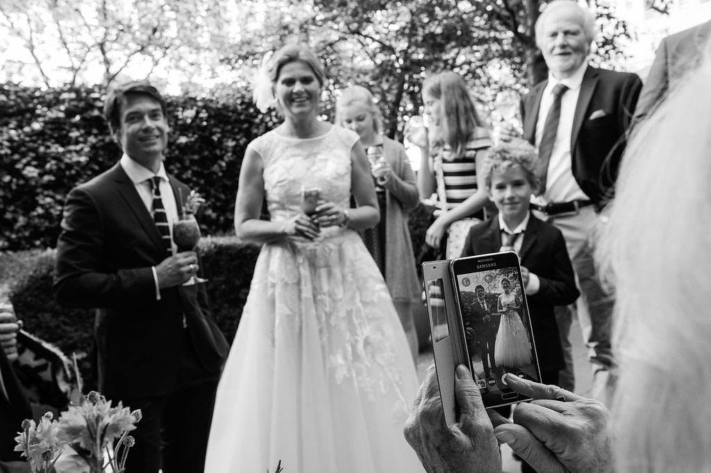 Handyfoto des Hocheitspaars beim Sektempfang im Hotel The George in Sankt Georg beim Hochzeitsfotograf Hamburg
