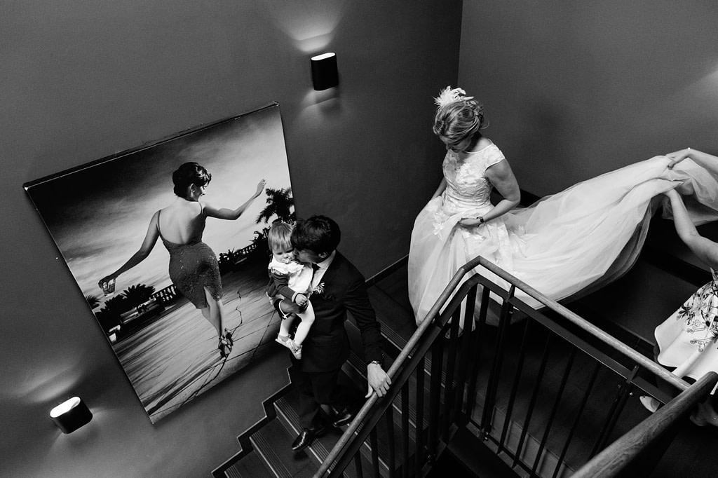 Das Hochzeitspaar verläßt die Dachterasse vom Hotel The George in Sankt Georg beim Hochzeitsfotograf Hamburg
