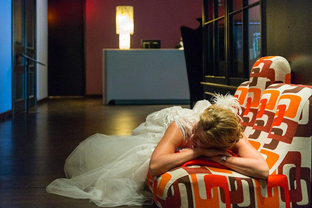 Die Braut ruht auf den Vintagesofa im Foyer vom Hotel The George in Sankt Georg beim Hochzeitsfotograf Hamburg