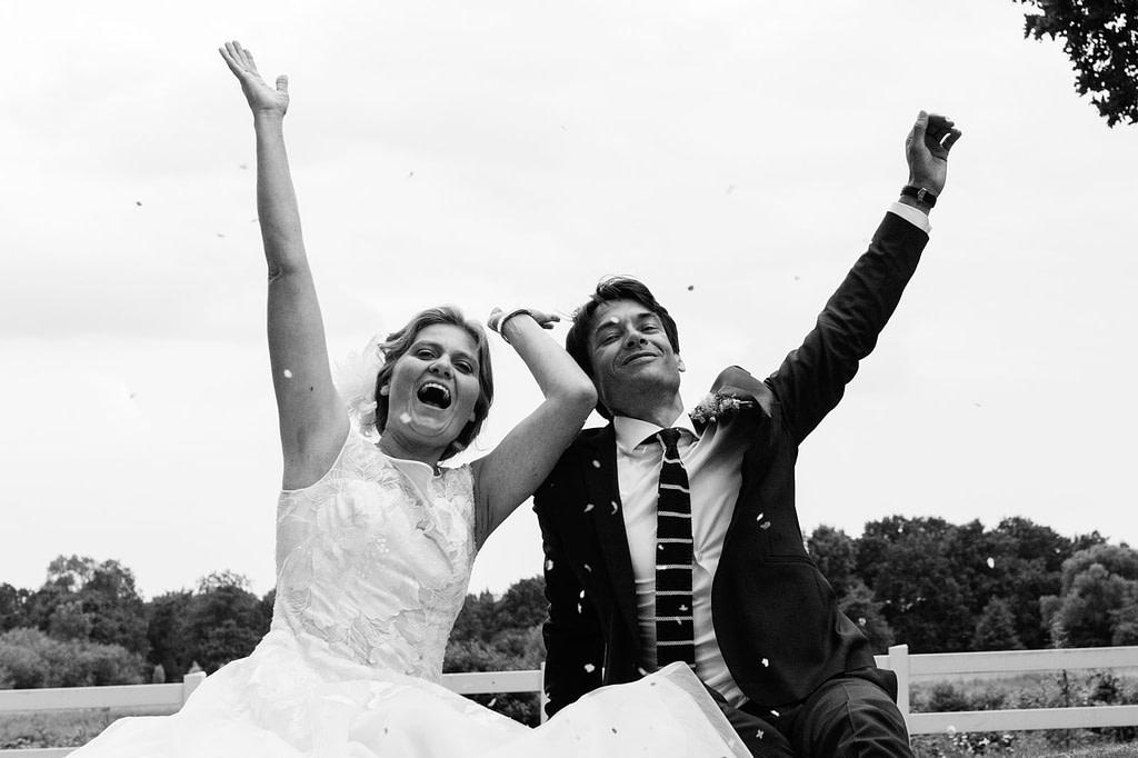 Das Hochzeitspaar wirft Konfetti in die Luft am Goldschätzchen der Koch Fabrik auf dem Golf Park Peiner Hof in Priesdorf beim Hochzeitsfotograf Hamburg