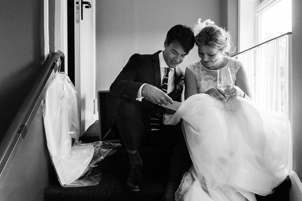 Das Hochzeitspaar bespricht die Hochzeitsrede vor dem Hochzeitsbankett im Goldschätzchen der Koch Fabrik auf dem Golf Park Peiner Hof in Priesdorf beim Hochzeitsfotograf Hamburg