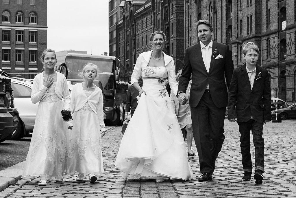Die Hochzeitsfamilie auf dem Weg durch die Hamburger Speicherstadt. Die Hochzeitsbilder vom Hochzeitsfotograf Hamburg