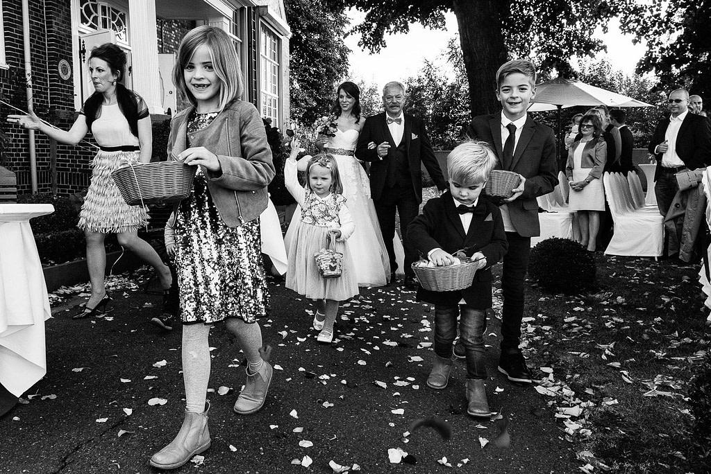 Die Blumenkinder streuen Blüten auf dem Weg zur Trauzeremonie an der Villa im Jachthafen bei Hochzeitsfotografie Hamburg