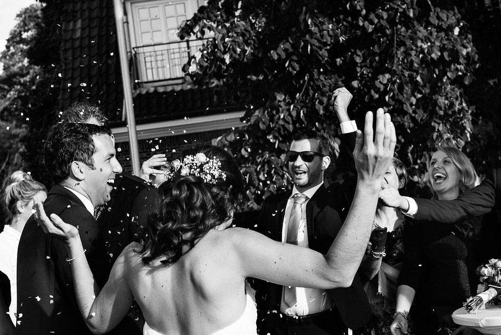 Die Hochzeitsgäste lassen das frisch vermählte Hochzeitspaar hochleben an der Villa im Jachthafen bei Hochzeitsfotografie Hamburg