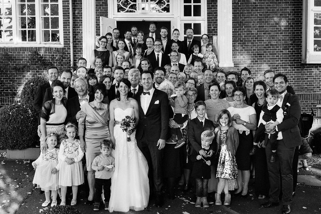 Gruppenfoto der Hochzeitsgesellschaft vor der Villa im Jachthafen bei Hochzeitsfotografie Hamburg