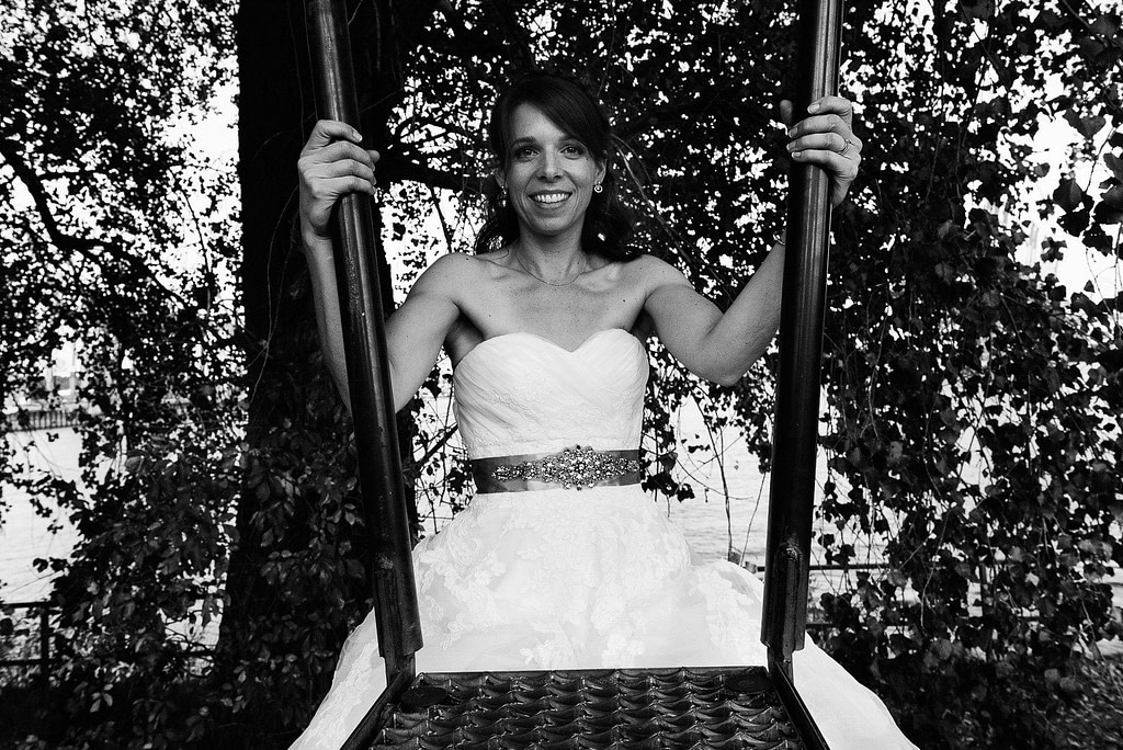 Die Braut klettert im Parkhafen über die Flutschutzmauer bei Hochzeitsfotografie Hamburg