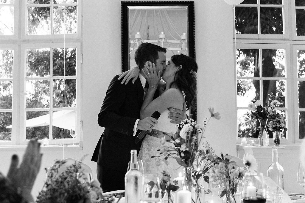 Hochzeitskuß vor dem Hochzeitsdinner in der Villa am Jachthafen bei Hochzeitsfotografie Hamburg