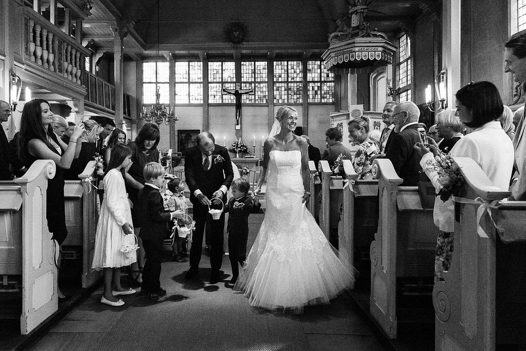Das Brautpaar beim Auszug aus der Eppendorfer Hochzeitskirche Sankt Johannis beim Hochzeitsfotograf Hamburg