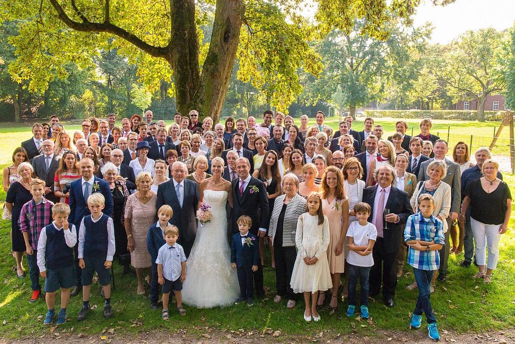 Gruppenbild der Hochzeitsgesellschaft im Seelemannpark an der Eppendorfer Hochzeitskirche Sankt Johannis beim Hochzeitsfotograf Hamburg