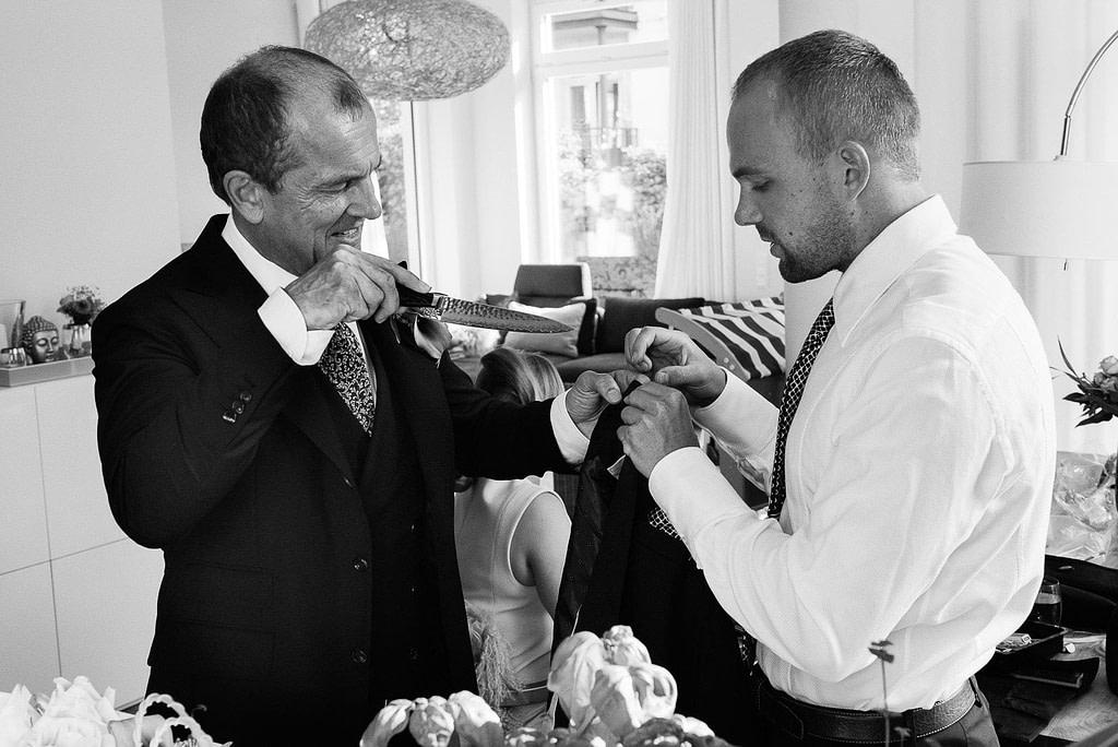 Brautvater und Sohn beim Ankleiden beim Hochzeitsfotograf Hamburg