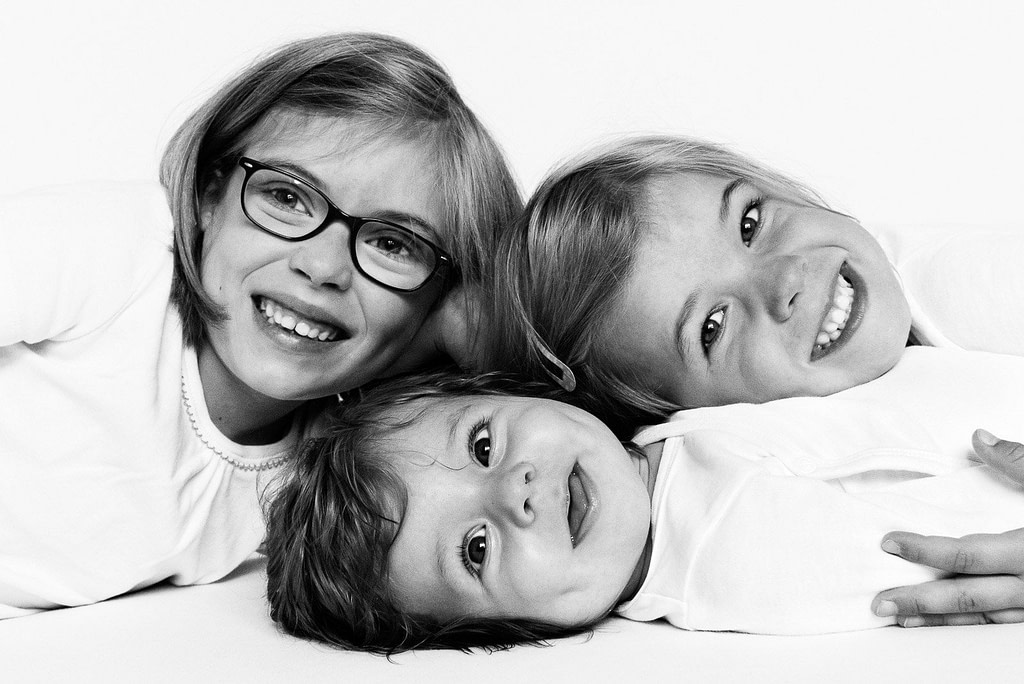 Lachende Geschwister bei der Kinderfotografie zuhause in Hamburg Eppendorf