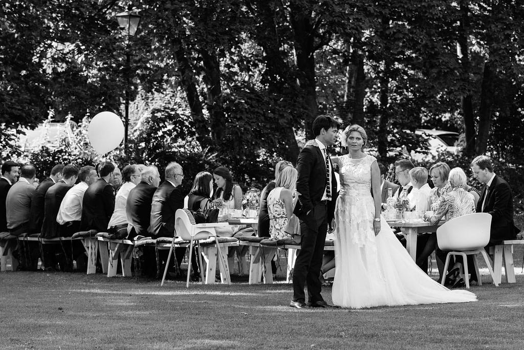 Das Hochzeitspaar und seine Hochzeitsgäste am Goldschätzchen der Koch Fabrik auf dem Golf Park Peiner Hof in Priesdorf beim Hochzeitsfotograf Hamburg