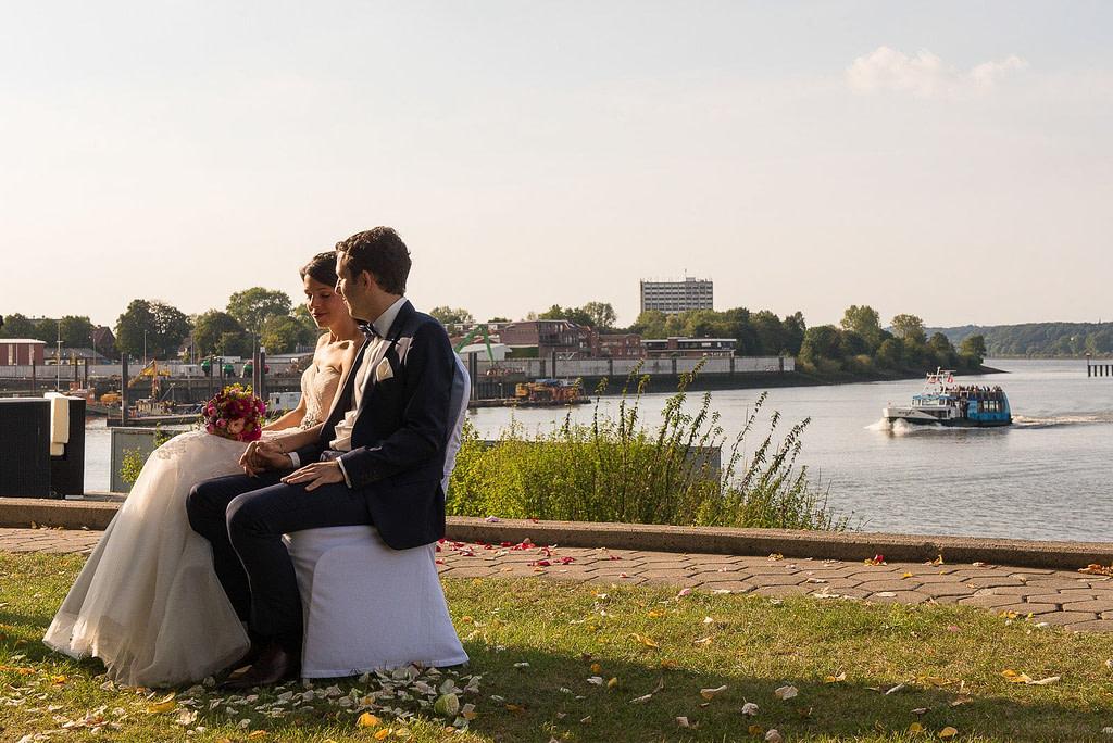Das Hochzeitspaar lauscht der Traurede an der Villa im Jachthafen bei Hochzeitsfotografie Hamburg