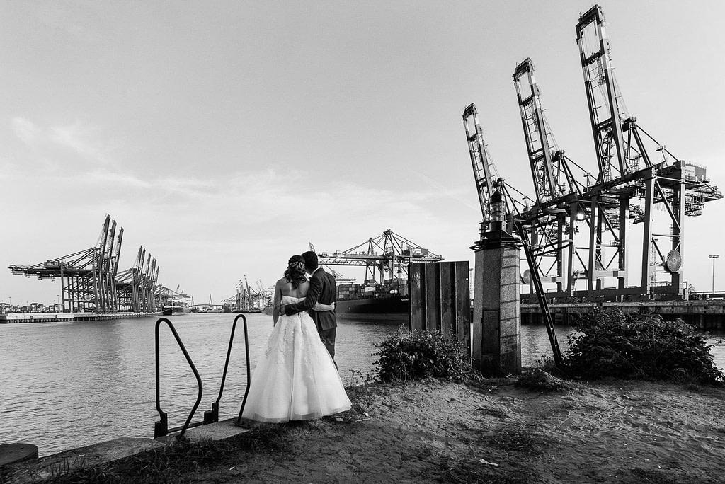 Hochzeitspaar genießt den Blick vom Parkhafen auf den Waltershofer Hafen und die Köhlbrandbrücke bei Hochzeitsfotografie Hamburg