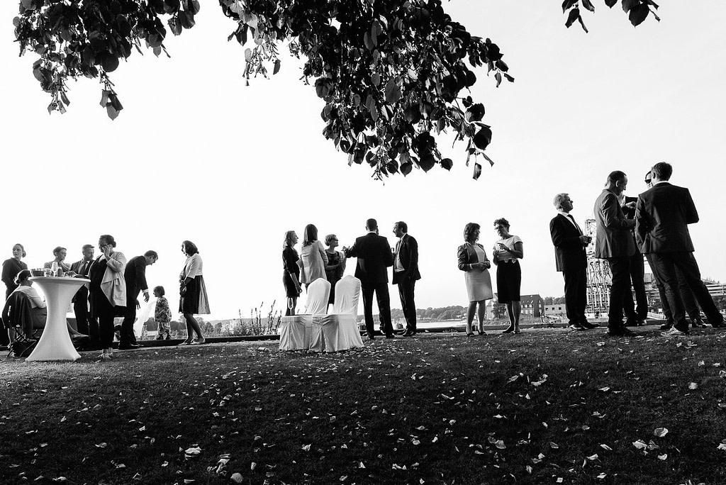 Die Hochzeitsgäste beim Feiern an der Villa am Jachthafen bei Hochzeitsfotografie Hamburg