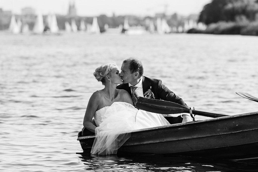 Hochzeitskuß beim Bootsausflug im Ruderboot auf der Außenalster beim Hochzeitsfotograf Hamburg