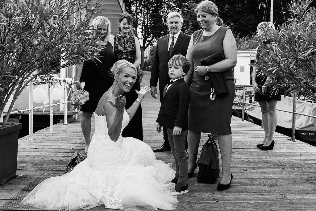 Die Braut empfängt ihre Hochzeitsgäste auf dem Anleger vom Restaurante Portonovo am Alsteufer auf der Außenalster am Rothenbaum beim Hochzeitsfotograf Hamburg