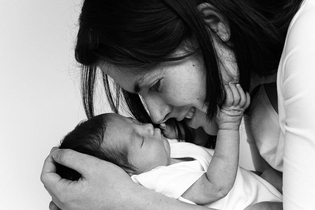 Baby und Mama Nase an Nase beim Baby Fotoshooting in Hamburg Barmbek