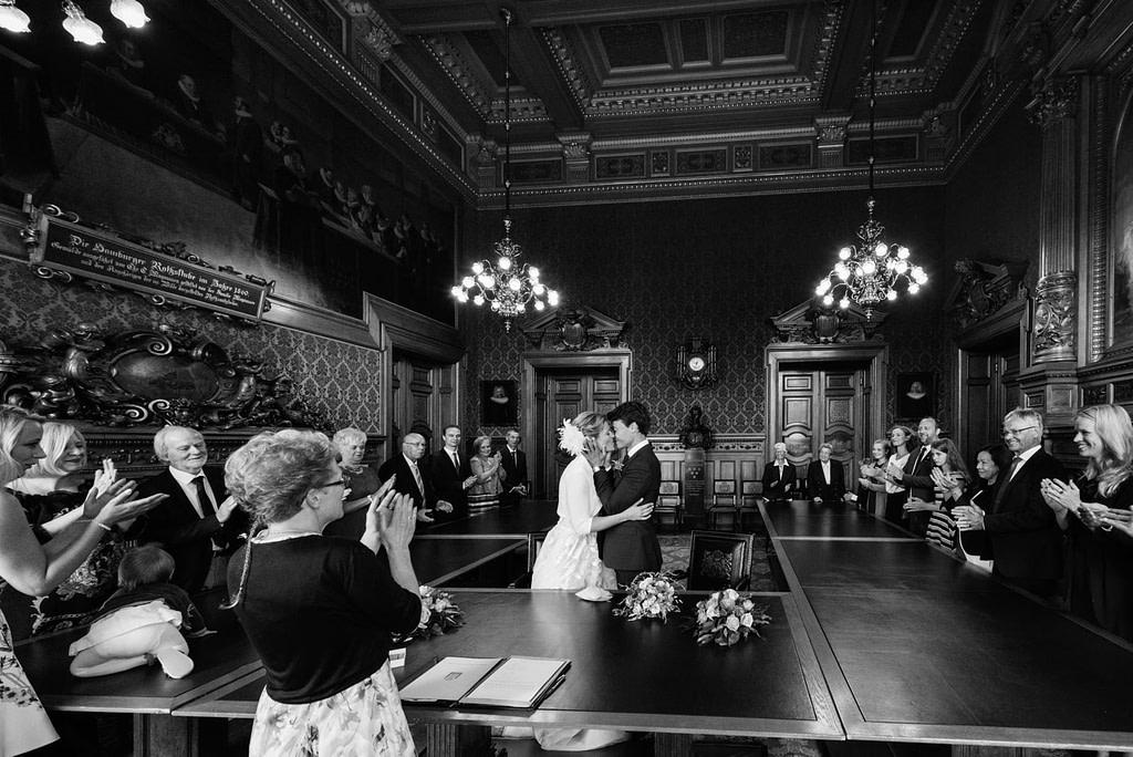 Hochzeitskuß bei der Trauung im Phönixsaal im Hamburger Rathaus beim Hochzeitsfotograf Hamburg
