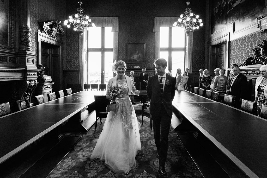 Das glückliche Hochzeitspaar verläßt den prunkvollen Phönixsaal im Hamburger Rathaus nach der Trauung beim Hochzeitsfotograf Hamburg