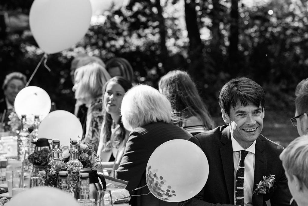 Der Bräutigam unterhält sich mit seinen gästen am Goldschätzchen der Koch Fabrik auf dem Golf Park Peiner Hof in Priesdorf beim Hochzeitsfotograf Hamburg