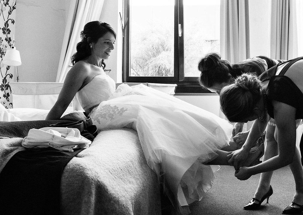 Die Trauzeugin hilft der Braut beim Einkleiden im 25hours Hotel in Bahrenfeld bei Hochzeitsfotografie Hamburg