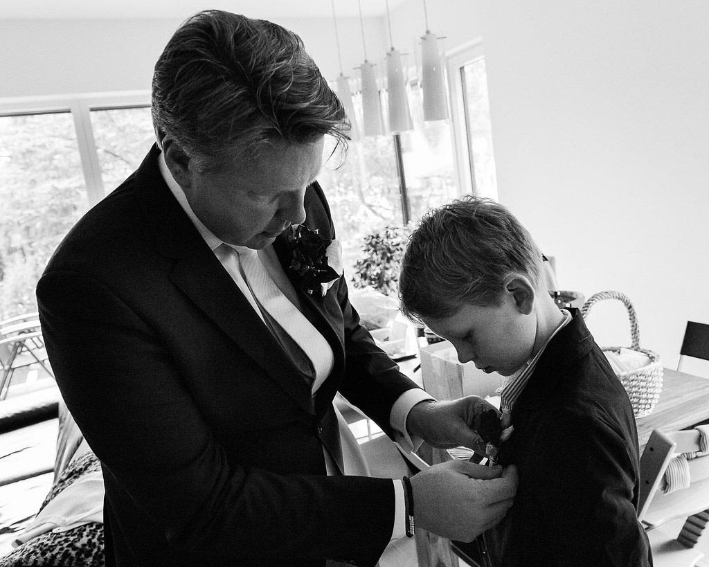 Bräutigam und Sohn richten ihre Hochzeitsanzüge bevor es losgeht. Die Hochzeitsbilder vom Hochzeitsfotograf Hamburg