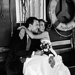 Die Braut umarmt ihren Bräutigam auf den historischen Kaianlagen vom Hafenmuseum Hamburg im Hansahafen beim Hochzeitsshooting mit dem Hochzeitsfotograf Hamburg