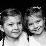 Zwillingskinder bei der Familienfotografie und Kinderfotografie mit Tageslicht in Hamburg