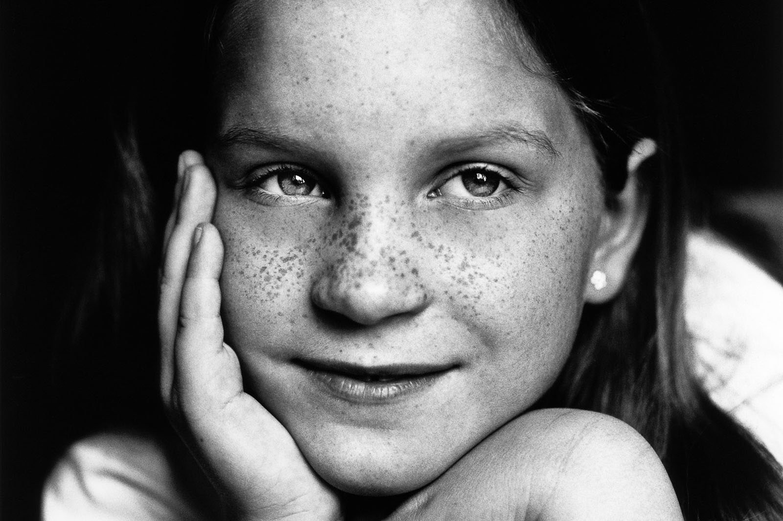 Close-up vom Mädchen mit Sommersprossen bei der Familienfotografie und Kinderfotografie mit Tageslicht in Hamburg Altona