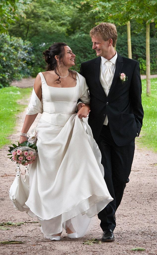 Hochzeitspaar beim romantischen Spaziergang durch den Hamburger Stadtpark in Hamburg Barmbek bei den Brautpaarfotos beim Hochzeitsfotograf Hamburg