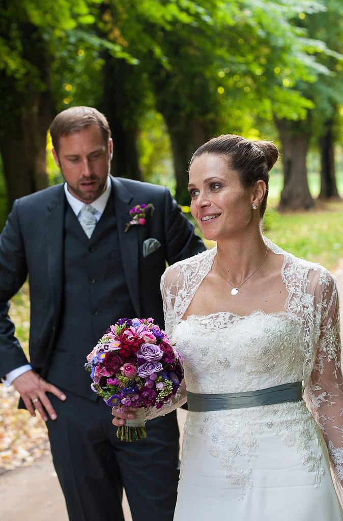 Die Braut mit Brautstrauß im Park vom Schloß Weissenhaus Grand Village Resort am Weissenhäuser Strand an der Ostsee beim Hochzeitsfotograf Hamburg