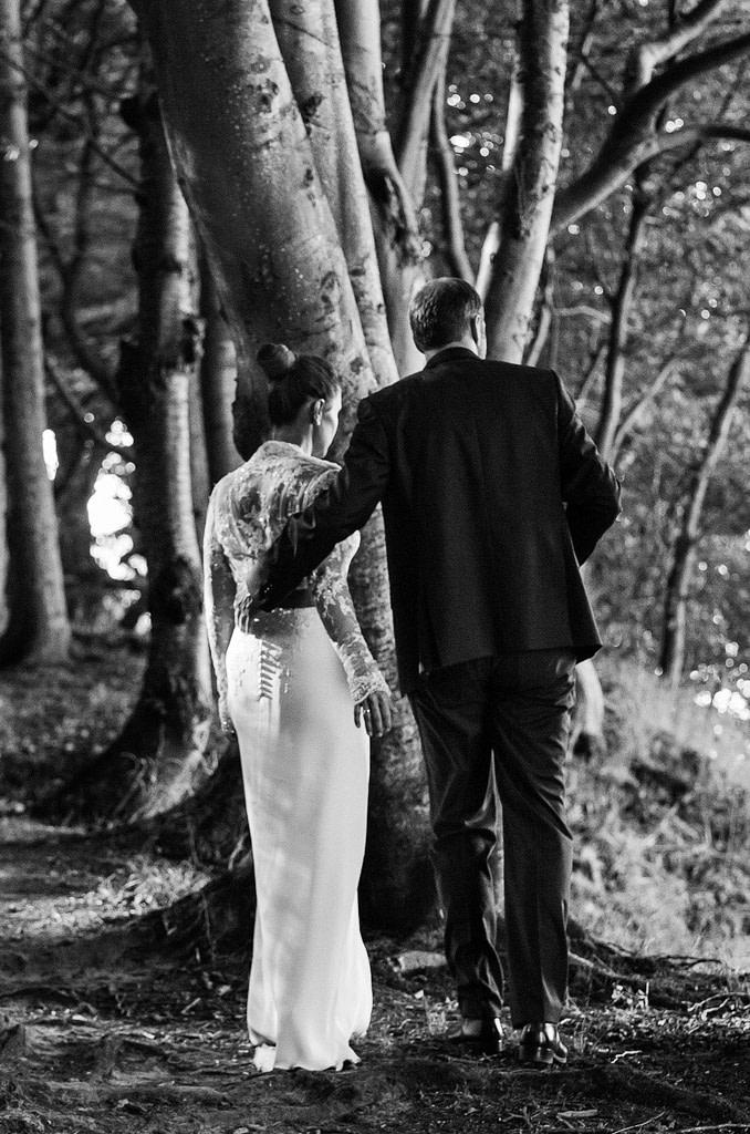 Verträumtes Hochzeitspaar wanHochzeitspaar bei den Brautpaarfotos am Steilufer im Märchenwald am Weissenhäuser Strand an der Ostsee beim Hochzeitsfotograf Hamburg