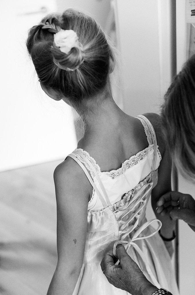 Die kleine Tochter auch im Hochzeitskleidchen. Die Hochzeitsbilder vom Hochzeitsfotograf Hamburg