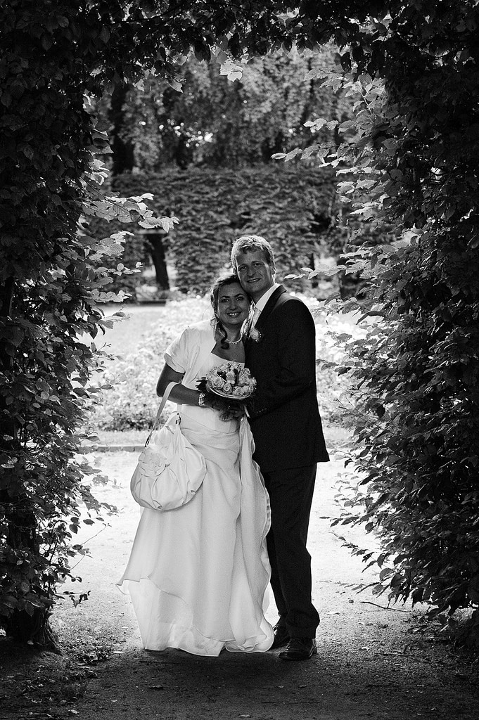 Hochzeitspaar im Adam und Eva Heckengarten im Hamburger Stadtpark in Winterhude bei den Brautpaarfotos beim Hochzeitsfotograf Hamburg