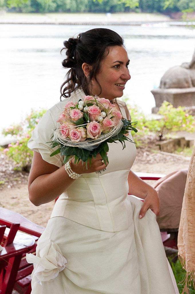 Braut mit Brautstrauß auf der Liebesinsel im Stadtparksee in Hamburg Winterhude bei den Brautpaarfotos beim Hochzeitsfotograf Hamburg