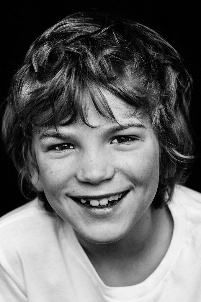 Lachender Junge bei der Kinderfotografie zuhause in Hamburg Altona