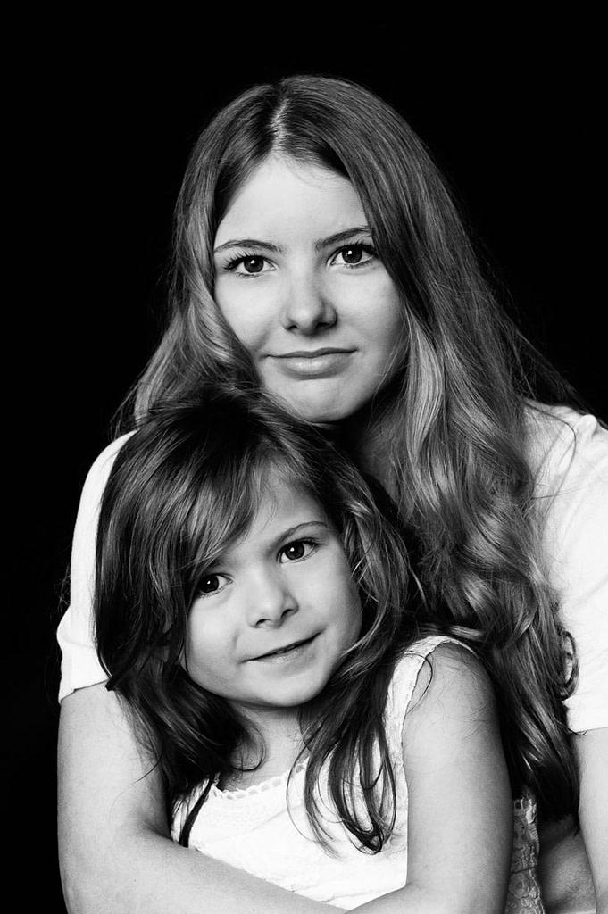 Geschwisterkinder bei der Familienfotografie und Kinderfotografie mit Tageslicht in Hamburg