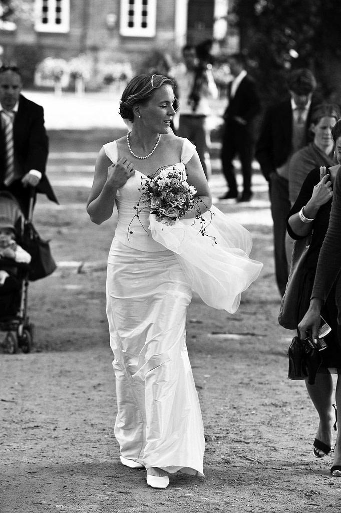 Braut im Brautkleid auf dem Weg zur Hochzeitsfeier beim Hochzeitsfotograf Hamburg