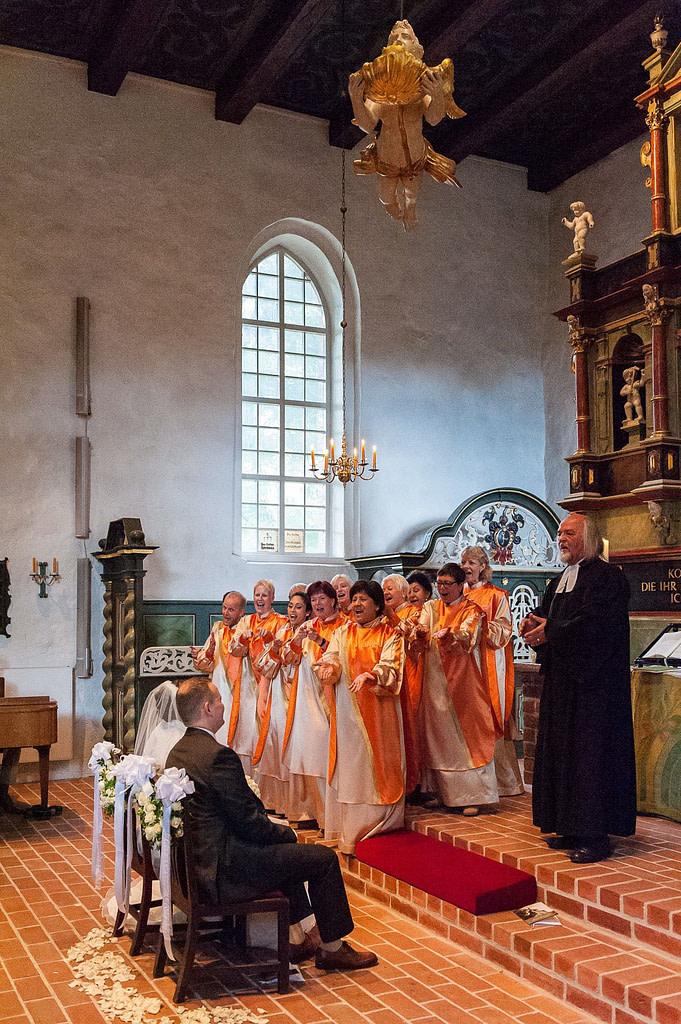 Gospelchor singt für das Brautpaar in der Bergstedter Kirche beim Hochzeitsfotograf Hamburg