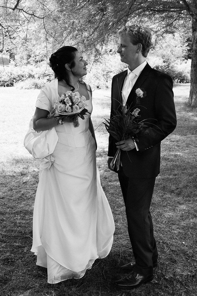 Braut und Bräutigam auf der Liebesinsel im Hamburger Stadtpark bei den Brautpaarfotos beim Hochzeitsfotograf Hamburg