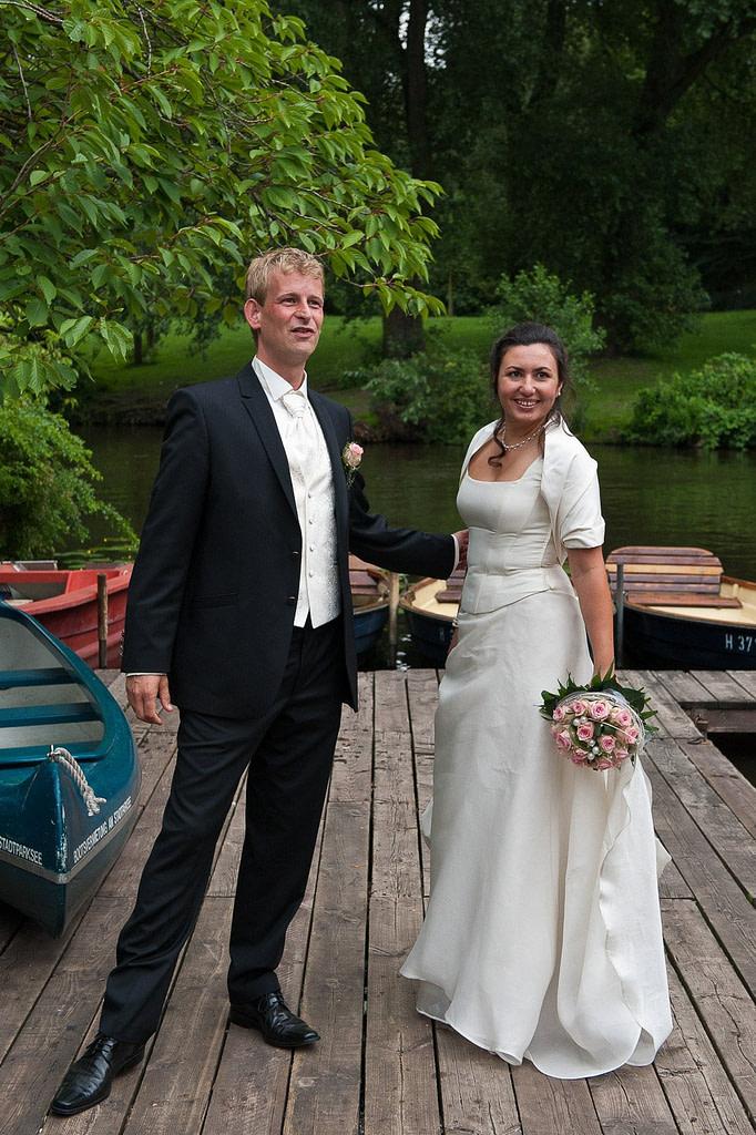 Brautpaar auf dem Bootssteg auf der Liebesinsel im Stadtpark in Hamburg Winterhude bei den Brautpaarfotos beim Hochzeitsfotograf Hamburg