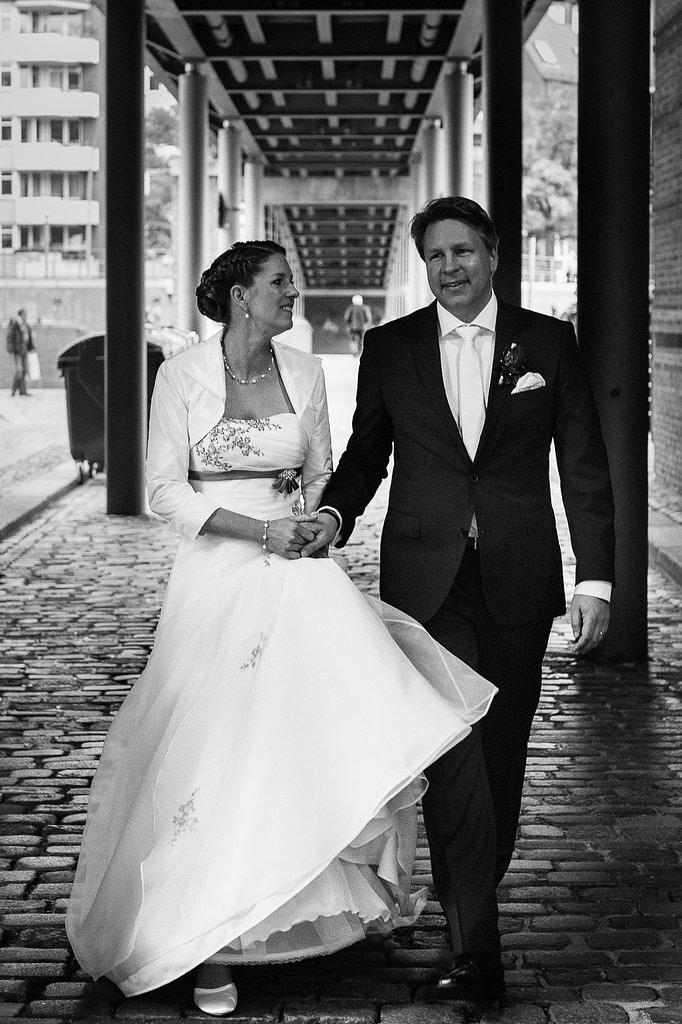 Das Hochzeitspaar schlendert durch die Hamburger Speicherstadt. Die Hochzeitsbilder vom Hochzeitsfotograf Hamburg