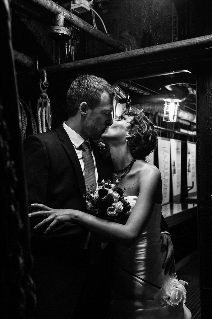 Hochzeitskuß im Bauch des historischen Frachters MS Bleichen im Hafenmuseum Hamburg im Hansahafen beim Hochzeitsshooting mit dem Hochzeitsfotograf Hamburg