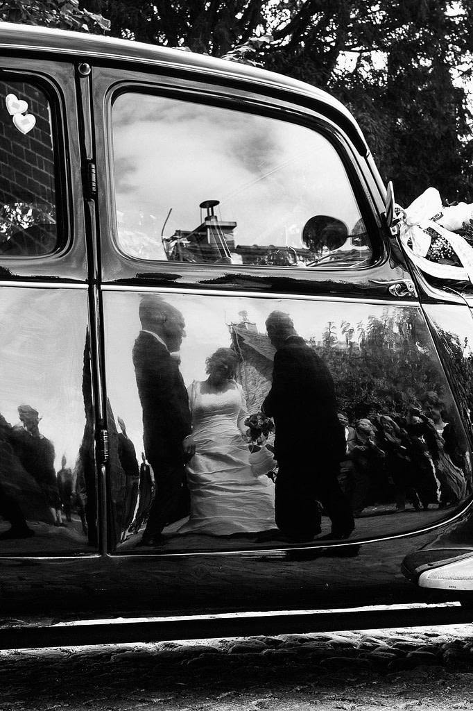 Hochzeitspaar am Hochzeitsauto Citroen Gangsterlimosine CV11 bei der Landhochzeit in Röbel an der Müritz in Mecklenburg Vorpommern beim Hochzeitsfotograf Landhochzeit Hamburg