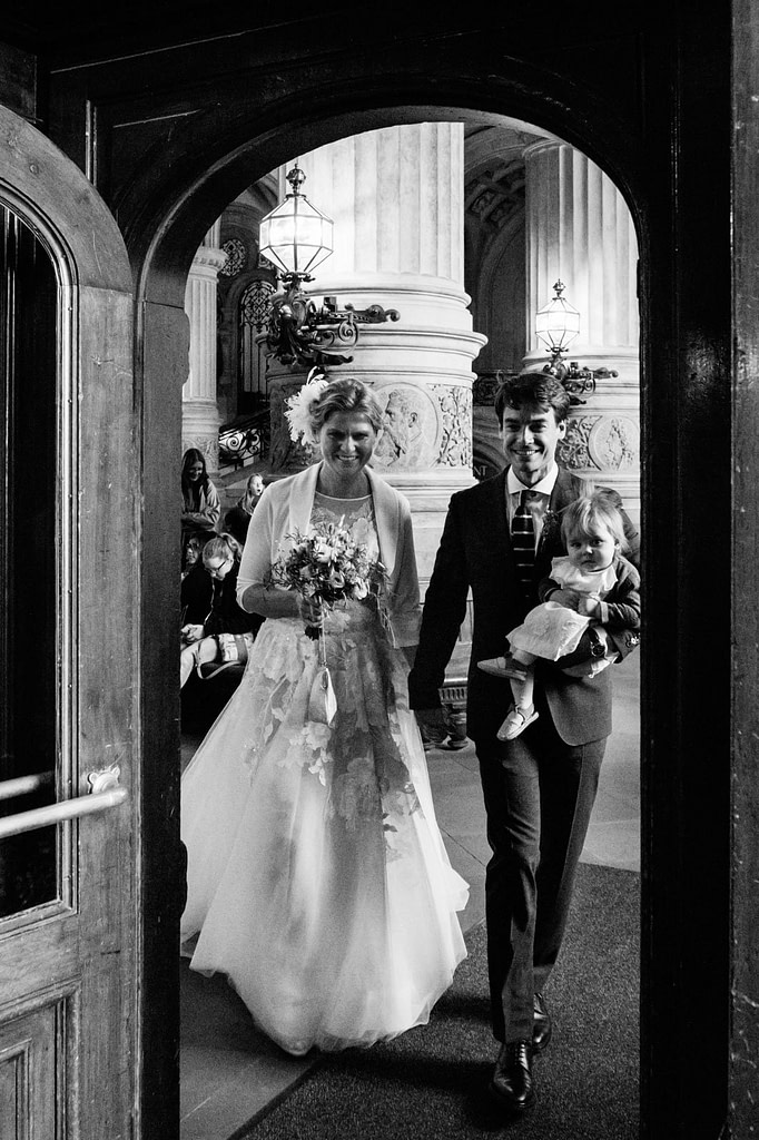 Das glückliche Hochzeitspaar verläßt händchenhaltend das Hamburger Rathaus nach der Trauung im Phönixsaal beim Hochzeitsfotograf Hamburg